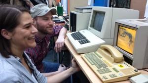 Die Projektmitarbeiter Julia Erdogan und Thomas Kasper sitzen an einem Revival des BTX-Systems, eines frühen Informationsnetzwerkes der Deutschen Post.