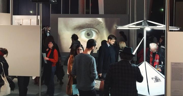 Bild der Ausstellungseröffnung mit überwachendem Auge