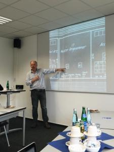 """Mark Priestly zeigt den """"Master Progammer"""" im ENIAC"""