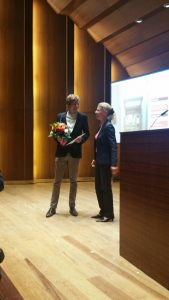 Martin Schmitt bekommt den 2. Preis des Doktorandenforums auf dem 51. Deutschen Historikertag überreicht.