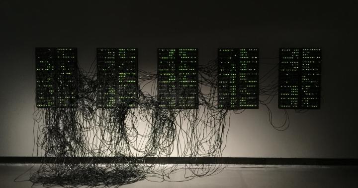 """Server und Kabel als unsichtbare Infrastruktur des Digitalen Zeitalters. Die Installation """"XXXX.XXX"""" von Addie Wagenknecht auf der Transmediale 2017 in Berlin. Foto: Martin Schmitt"""