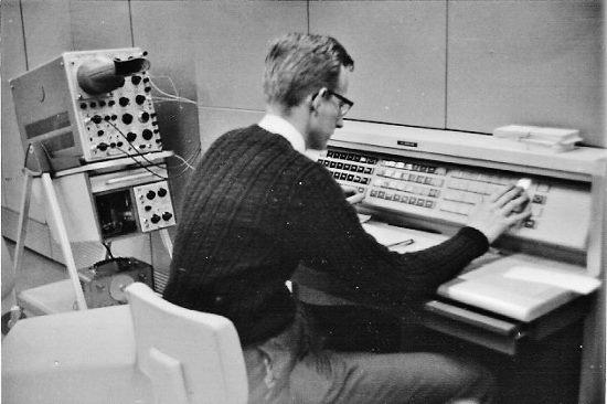 Zeitzeuge Jitze Couperus um 1965 an der ICT 1500 sitzend.